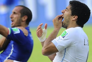 Luis Suárez y el zaguero italiano Giorgio Chiellini.