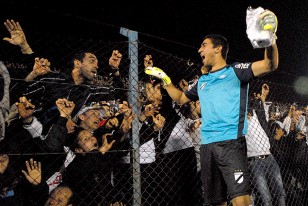 Salvador Ichazo festeja junto la hinchada danubiana.