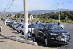 Larga cola de autos de la prensa aguardando fuera para entrar a la práctica de Uruguay
