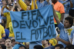 Los carteles lo dicen todo. Por estos señores de la FIFA perdió Uruguay su chance de llegar a cuartos de final.