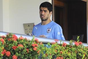 Otra toma exclusiva de Luis Suárez, esta mañana, caminando en el pasillo del quinto piso, donde se encuentran las habitaciones de los jugadores. Imagen exclusiva de Fernando González.