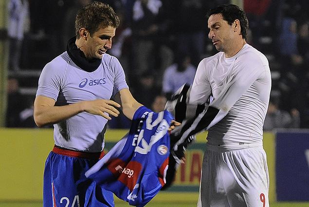Iván Alonso y Rodrigo López, intercambian camisetas.