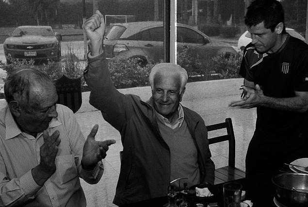 """La fotografía de Fernando Goncález registra una de sus últimas apariciones públicas. Fue hasta """"Los Aromos"""", junto con su gran amigo """"Tito"""" Goncalvez, siendo recibido por todo el plantel con el Tony Pacheco como anfitrión."""
