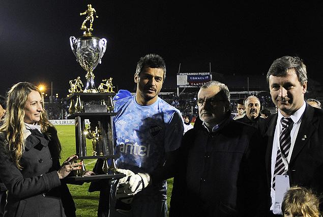 Gustavo Munúa, el capitán tricolor, con la Copa Ancap, conquistada en Paysandú.