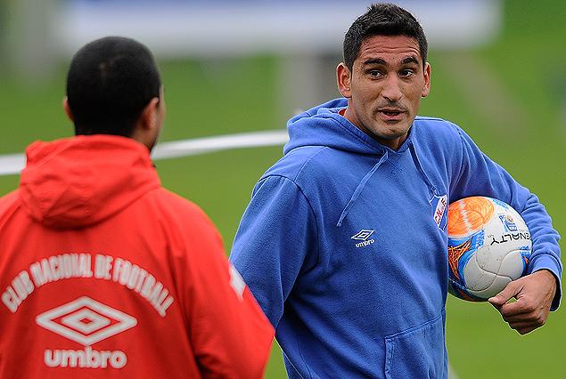 Sebastián Taborda, con pelota bajo el brazo, conversa con Diego Arismendi.