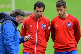 El profesor Julio Morena da instrucciones a Pablo Alvarez y Leandro Barcia que entrenaron diferenciado.