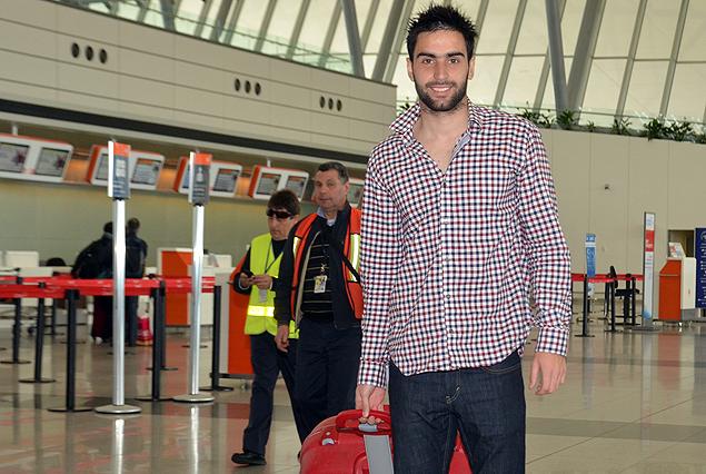 Rodrigo Pastorini en el Aeropuerto de Carrasco previo a su viaje rumbo a Rumania.