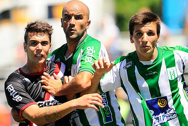 Agustín Alé marca a Pablo Lacoste y a Mauricio Affonso