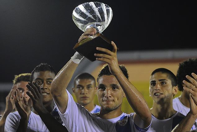 El capitán Gastón Faber levanta el trofeo conquistado por la selección Sub 20 de Uruguay en Maldonado.