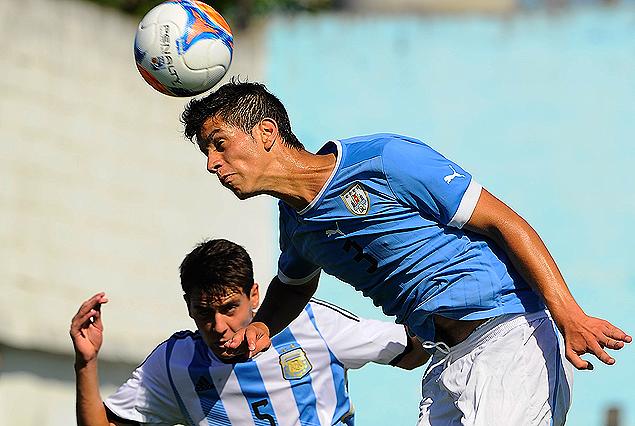Joaquín Varela supera en el juego aéreo al argentino Elías Barraza.
