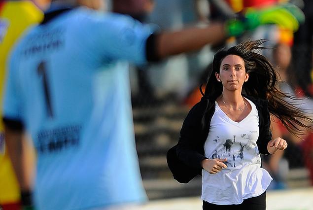 La Dra. Daniela Fernández, es la jefa de sanidad de Villa Española, en plena carrera por la cancha de Belvedere,