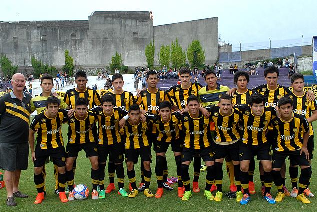 Todo el equipo completo de Peñarol, campeón Uruguayo Sub 16.