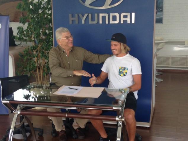 Carlos Kurlander, gerente comercial de Hyundai Fidocar, junto al surfista profesional Lucas Madrid.