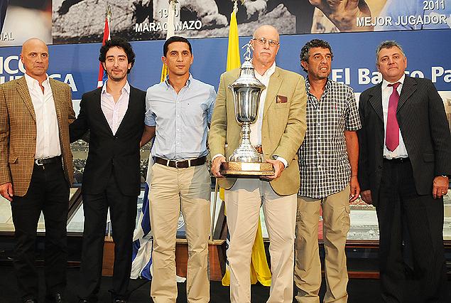 Los delegados de Defensor Sporting posan con el Trofeo César Santos.