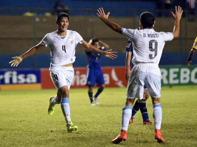 La alegría de los uruguayos, contrasta con la decepción de los argentinos. Roberto Fernánzdez, su autor y Diego Rossi celebran el segundo gol uruguayo.