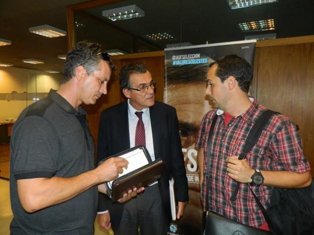 El presidente de AUDAF, Marcelo de León repasa la agenda mientras aguarda junto al Dr. de Los Santos, asesor letrado del gremio de los árbitros y Eduardo Aguirre, el secretario general, ser recibido por Wilmar Valdez.