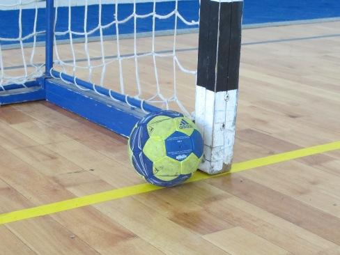 Resultado de imagen para pelota de handball en la cancha