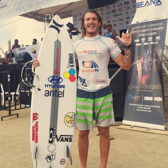 Lucas Madrid está entre los 16 mejores surfistas de la etapa y va por más mañana sábado en el día final de competencia.