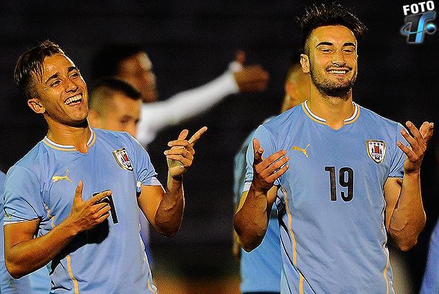 Franco Acosta y Erick Cabaco son la cara de la felicidad en el festejo del cuarto tanto celeste. Uruguay se despidió a todo gol.