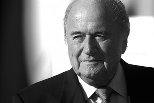 El suizo Joseph Blatter renunció a la FIFA; pese a la reelección cayó por el escándalo mundial.
