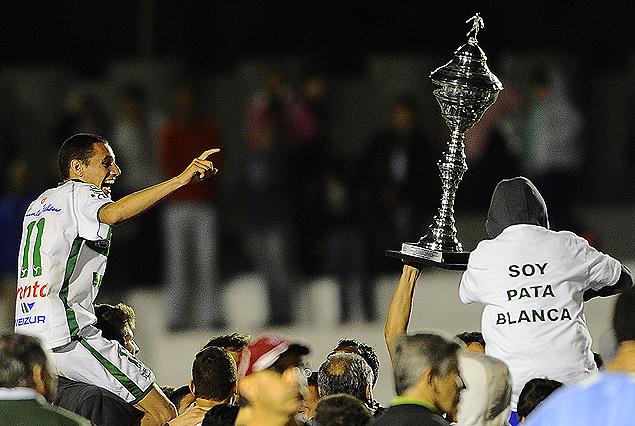 Nicolás Dibble en andas de la parcialidad, el trofeo de viceampeón por delante en la vuelta olímpica por la obtención del ascenso a Primera. Plaza Colonia retornó al círculo mayor del fútbol uruguayo.