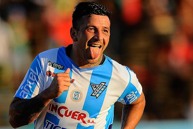 Aníbal Hernández le saca la lengua a la alegría en el festejo del segundo gol cerrense.