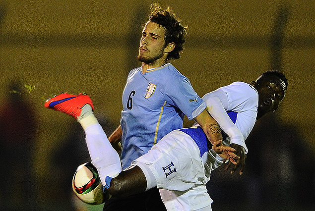 Diego Poyet intenta dominar el balón, forcejeando con el hondureño Alberth Elis.