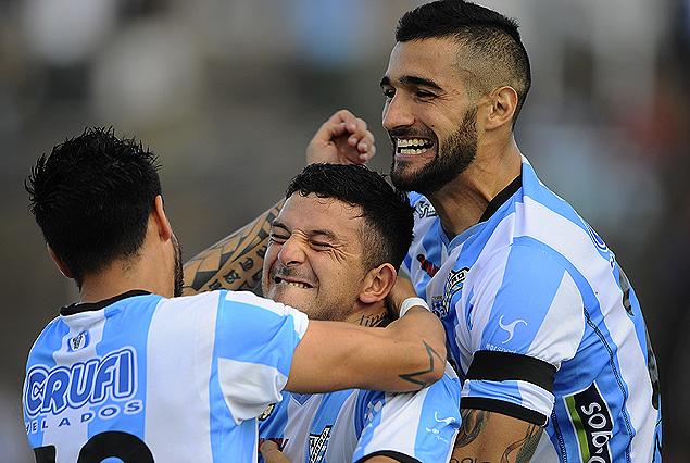 Aníbal Hernández en el festejo del gol junto a Joaquín Boghossian.