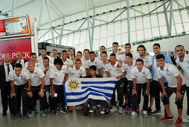 El plantel de la selección uruguaya Sub 20 previo a la partida en el Aeropuerto de Carrasco.