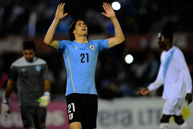 Edinson Cavani en la celebración de su doblete, tercer gol uruguayo.