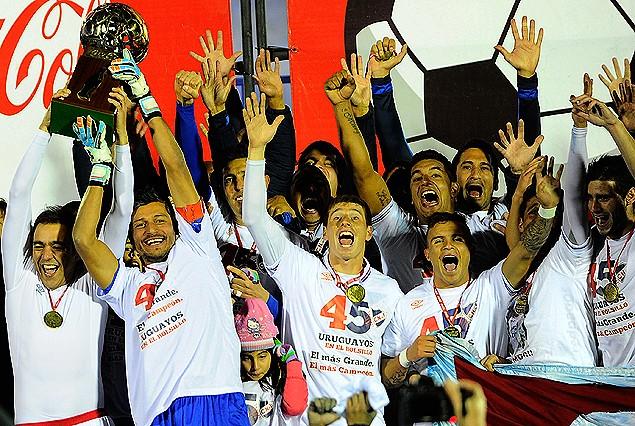 Toda la alegría de Nacional con Alvaro Recoba y capitán Gustavo Munúa levantando la Copa Coca Cola de Campeón Uruguayo; Alfonso Espino, Christian Tabó y el plantel compartiendo el festejo.