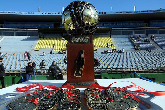 """La Copa Coca Cola, """"Aníbal Falco"""" espera en el Estadio Centenario por el dueño de la gloria del Campeonato Uruguayo entre los rivales clásicos."""