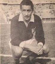 Imágen de Ghiggia, con 43 años, en el Estadio Centenario, posando con la camiseta alternativa de Danubio. Era el final de su carrera.