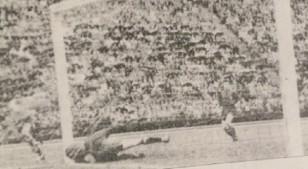 """Si en 1950 hubiera existido la televisión, tal vez el """"Maracanazo"""" no hubiera existido. Esta fotografía de Alfredo Testoni muestra el gol de Ghiggia a España. Es idéntico al del 16 de julio. Se observa a Ghiggia que ya remató y siguió su carrera. Por eso aparece en el extremo izquierdo de la imagen. El golero Ramallets está caído -igual que Barboza- después de arrojarse sobre su palo y golpearse contra él. Y la pelota, que ingresó por el mismo lado, besa las mallas. Si existía la TV, es seguro que Barboza en la concentración de Brasil veía esta incidencia, advirtiendo que Ghiggia practicaba habitualmente ese remate cruzado al arco cuando ingresa a toda velocidad por la derecha. ¡Gracias bendita TV que no existías!"""