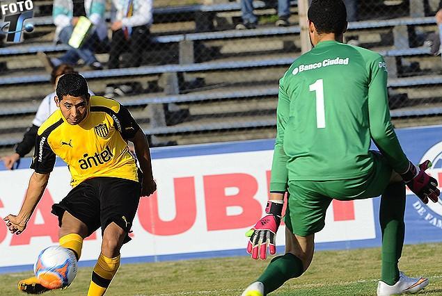 La excelente definición de Cristian Palacios que con su remate de derecha deja sin acción al arquero Montero para anotar el tercer gol aurinegro.