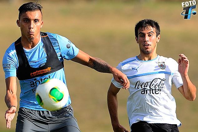 Mathías Suárez, lateral izquierdo de la Sub 22, y Agustín Rossi, delantero de la Sub 18 en el juego del miércoles.