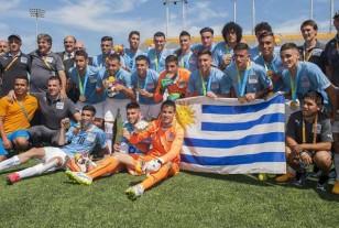 Grandioso fútbol uruguayo. Sigue dando criollos el tiempo. Junto al técnico Fabián Coito posan luego del título de campeón obtenido en Toronto. Foto de EFE