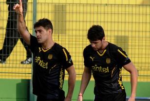 Luis Aguiar celebró el gol de Peñarol con Gabriel Leyes en la imagen.