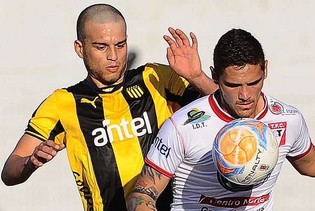 El juvenil Darwin Avila, rapado, en la marca de Fernando Lima.