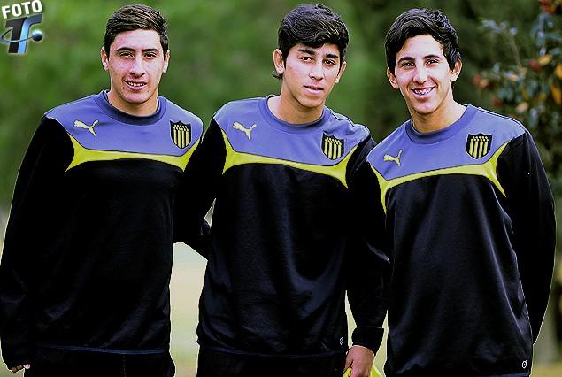 Miguel Merentiel (delantero), Matías de Los Santos (volante) y Gastón Vitancurt (volante ofensivo) con la alegría de entrenar en Los Aromos.