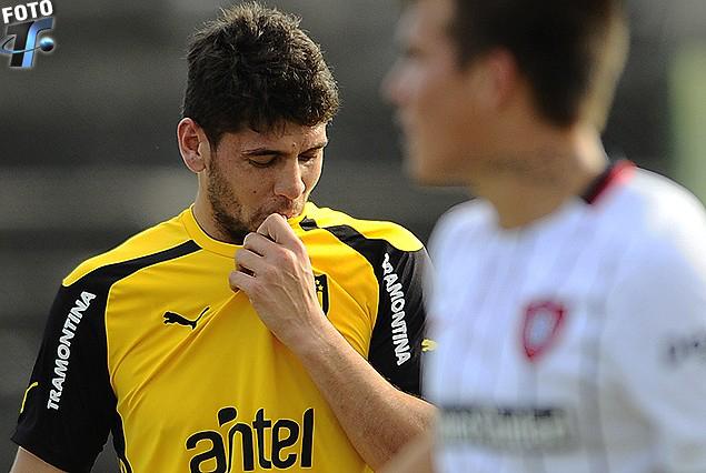 Gabriel Leyes y el beso a la camiseta tras anotar el primer gol aurinegro.