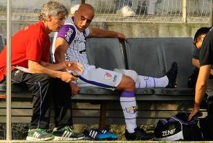 Raúl Ferro con bolsa de sobre su rodilla izquierda.