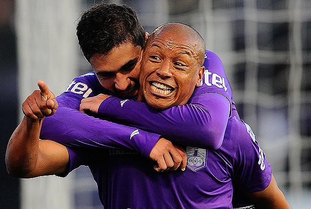 """Felipe Rodríguez abraza a """"Romario"""" Acuña en el festejo del tercer gol que creó el volante y definió el delantero."""