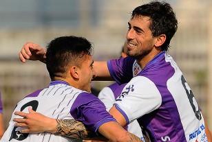 Leandro Zazpe en el festejo del primer gol abrazado por Andrés Schetino en la alegría albivioleta.