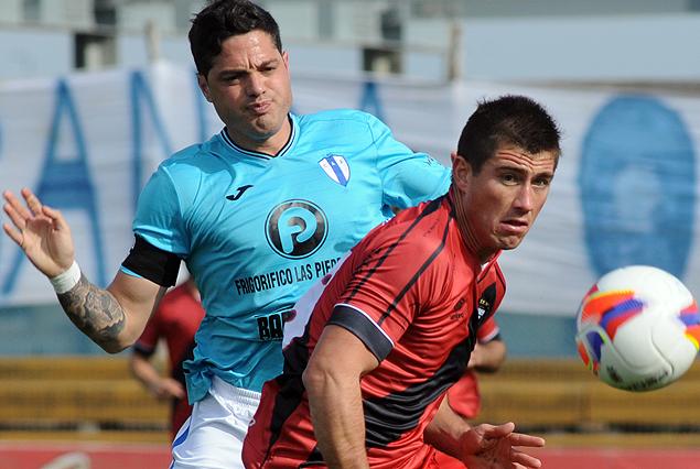Alejandro Reyes y Octavio Sequeira disputan el balòn