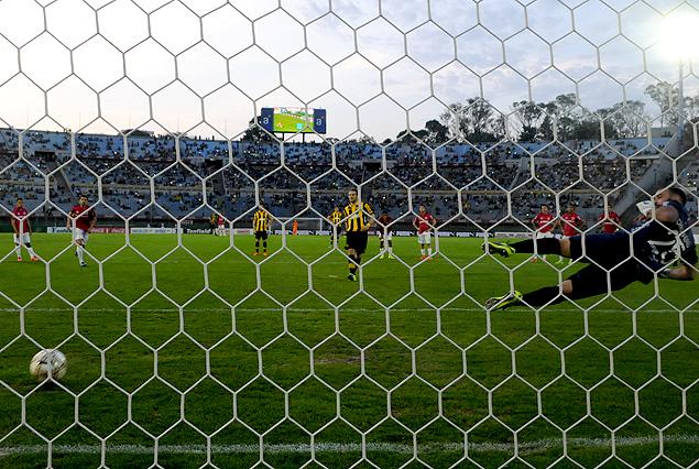La pelota camino a la red, el golero fuera de acción tras el exacto disparo de Diego Forlán. Tercer gol de Peñarol, segundo del goleador.