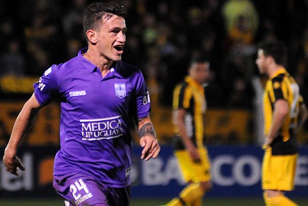Brian Lozano en el festejo del segundo gol violeta.