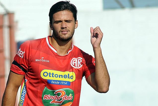 Nicolás Rodríguez ejecutó el córner que originó el primer gol, casi olímpico.