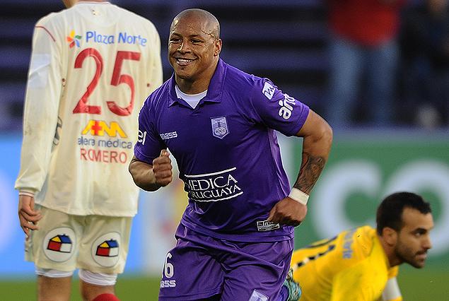 Héctor Acuña en la carrera del festejo. El goleador se anotó con un doblete en el triunfo de Defensor Sporting.