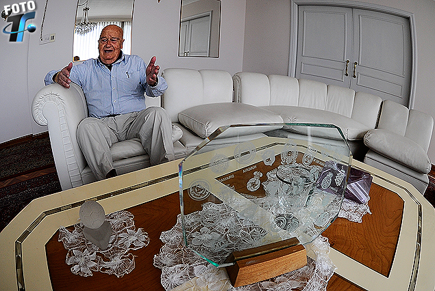 El profesor Borras en el living de su residencia en Pocitos.